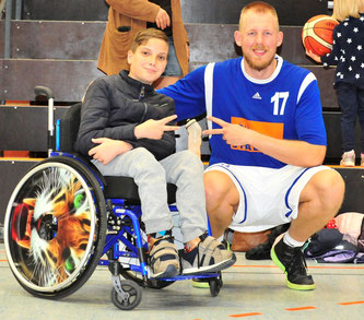 VfL-Fan Serxho Palushi trifft Center Jan-Christian Both nach der Partie. (Foto: Borchers)