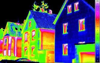 Drei Mehrfamilienhausgiebel als  Thermografieaufnahme