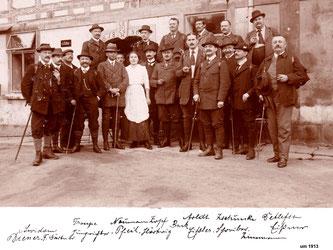 """Der Initiator der Rodelbahn, der Gebirgsverein """"Sächsische Schweiz Sektion Radeberg"""" mit einigen Honoratioren der Stadt, um 1913, an der """"Böhmischen Mühle"""" Hinterdaubitz im Kirnitzschtal"""