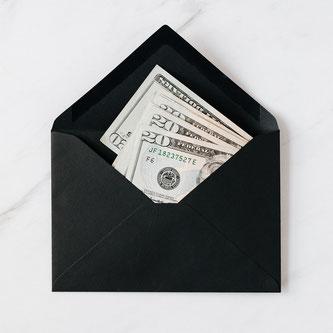 Enveloppe remplie d'argent pour tenir son budget