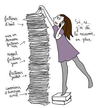 Femme qui cherche dans une pile de factures mensuelles