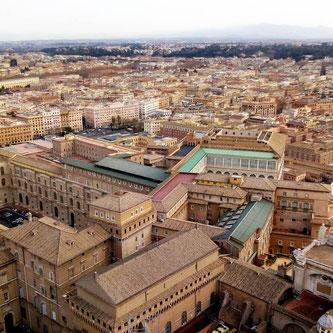 Вид на Ватиканские музеи и Сикстинскую капеллу с купола собора