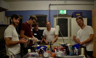 Jugendleiter-Koch Marius Reichardt (2. v.r.) mit seinem Team zaubern in der Freizeithaus-Küche
