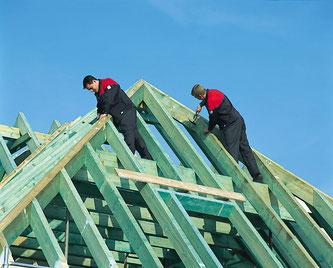 Zwei unserer Zimmergesellen bei der Errichtung eines Dachstuhls