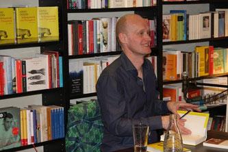 Arno Geiger signiert Bücher bei Slawski