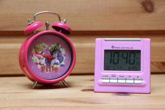 Ein Filly-Wecker und ein Digital-Wecker für Mädchen