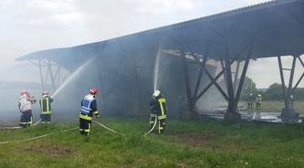 Löscharbeiten beim Feldscheunenbrand in Gossel am 22. Mai 2015