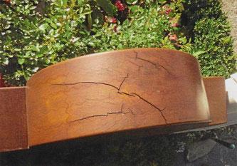 Holzgrabmal mit Rissen