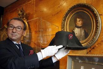 19世紀のフランス皇帝ナポレオン1世が愛用していた二角帽が16日、競売に掛けられ、188万4000ユーロ(約2億7500万円)と予想の5倍の高値で落札された=パリ郊外のフォンテーヌブロー2014年11月17日(月)~時事通信NEWSより~