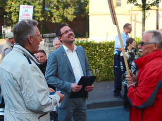 Rainer Gellermann (mitte) im Gespräch mit Bürgern Peter Kalley, UWG (links)