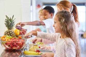 Kinder in Kantine, Nudging in Kantine, Kinder in Mensa, Kinder am Buffet, Gesundes Buffet, Obst, Früchte