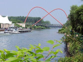 Doppelbogenbrücke über den Rhein-Herne-Kanal mit Amphitheater im Nordstern-Park in Gelsenkirchen