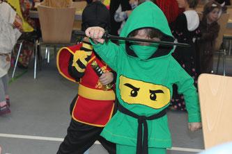 Ninjas in Kostümen von Stattyoga waren dieses Jahr im Trend