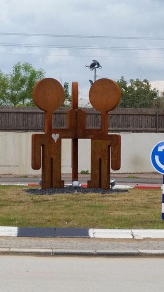 Helmut Brands, ist damit der erste deutsche Künstler, der in Israels öffentlichen Raum eine seiner Skulpturen im Zeichen der Städtepartnerschaft zwischen Bergisch Gladbach und Ganey Tikva als feste Installation dauerhaft präsentieren darf.