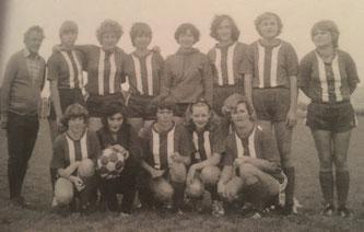 Die neu gegründete Damenmannschaft mit Vorstand Johann Hartl (links)