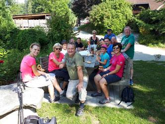 Am Bild Obmann Reinhold Pirker mit dem Vorstandsteam und Mitgliedern sowie Sportlern des RC Mondi Frantschach beim Obsthof & Weinbau Lenzbauer (Foto: RC Mondi Frantschach)