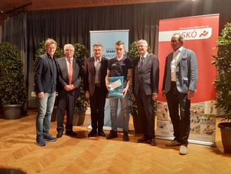 Am Bild Dominik Maier mit den Gratulanten (Foto: RC Mondi Frantschach)