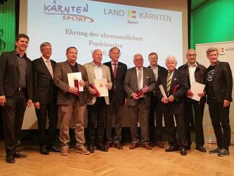 Am Bild die geehrten Funktionäre mit den Gratulanten (Foto: RC Mondi Frantschach)