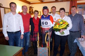 In der Bildmitte Oskar Knauder (im Renndress) und Gertrude Knauder mit dem Vorstand des RC Mondi Frantschach (Foto: RC Mondi Frantschach)