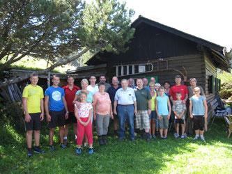 Am Bild Obmann Reinhold Pirker mit Vorstandsteam und den Mitgliedern des
