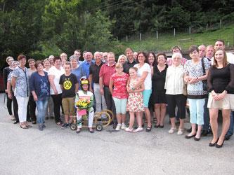 Am Bild Helga Kienzl im Renndress mit Ihren Rodlerkollegen vom RC Mondi Frantschach sowie Freunden und Verwandten (Foto: PRIVAT)