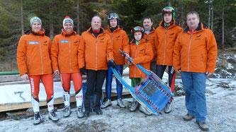 Am Bild Obmann Reinhold Pirker, Sportwart Oskar Knauder, Betreuer Gerfried Pirker und Sportler des RC Mondi Frantschach, ausgestattet mit neuen Vereinsjacken.