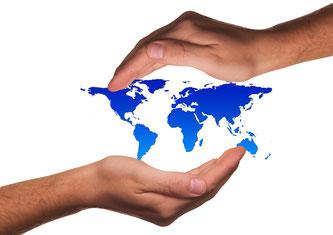 zwei Hände umschließen die Welt