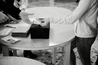 Schülerin an der Wahlurne