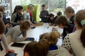 SchülerInnen interagieren mit Tablet