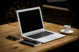 Laptop und Smartphone mit Kaffee
