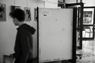 Schüler vor Wahlkabine