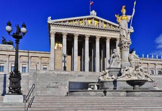 Österreichisches Parlament mit einer Statue der Pallas Athene