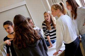 Schülerinnen bei der Organisation des Projekts