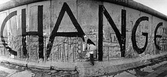 """Berliner Mauer mit """"Change""""-Graffiti"""