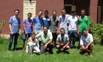 Visite de la ferme-école de Bayti. M. EL ASRI avec une partie de l'équipe pédagogique et les enfants en formation professionnelle.