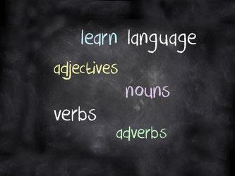 Grammatik: Wortarten mit Kreide auf eine Tafel geschrieben