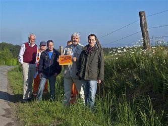 Die Gruppe mit den Naturschützern, den Mitarbeitern des Baubetriebshofes der Stadt Rinteln und dem Vorsitzenden des Imkervereins Rinteln bei der Suche nach Modellflächen in Rinteln und Umgebung. - Foto: Kathy Büscher