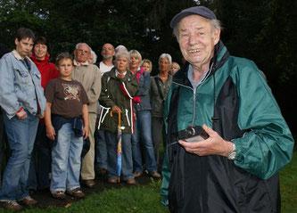 Gerd Rehbein führt die Gruppe vom Treffpunkt am Parkhaus an der Hartler Straße zur benachbarten Graft. - Foto: Werner Hoppe