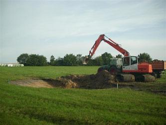Ein neuer Tümpel in Goldbeck wird angelegt. - Foto: Nick Büscher