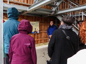 Am Turm erläutert Dr. Büscher das Beweidungsprojekt. - Foto: Kathy Büscher