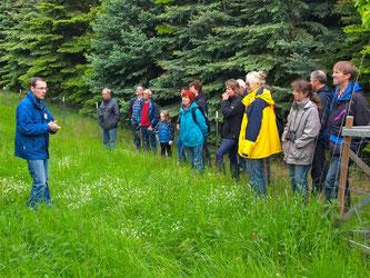 Dr. Nick Büscher mit den Exkursionsteilnehmern auf der Streuobstwiese. - Foto: Kathy Büscher