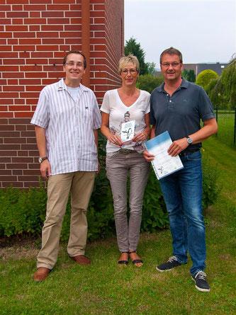 Auch Familie Nonnekamp erhält für ihr vorbildliches Schwalben-Engagement eine Plakette. - Foto: Kathy Büscher