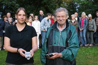 """Rehbein und Kathy Büscher als zweite """"Fledermausaufspürerin"""" sind ausgerüstet mit Batteriehandlampen und vor allem mit Ultraschall-Empfangsgeräten. - Foto: Werner Hoppe"""