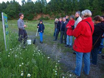 Amphibien-Experte Christian Höppner gibt Einblicke in den Steinbruch Liekwegen und das Leben der dort ansässigen Gelbbauchunke. - Foto: Kathy Büscher