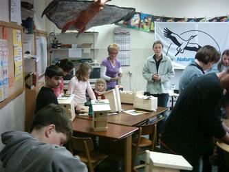 Nistkasten-Bastelaktion 2006 - Grundschule Eisbergen. - Foto: Nick Büscher