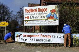 Im April wurden die Protestbanner aufgehängt. - Foto: Kathy Büscher
