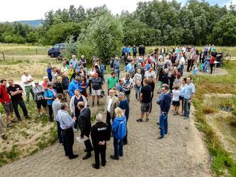 Viele Besucher haben sich vor dem Beobachtungsturm eingefunden. - Foto: Kathy Büscher