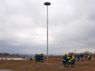 Der Mast steht und ist fest verankert. - Foto: Kathy Büscher