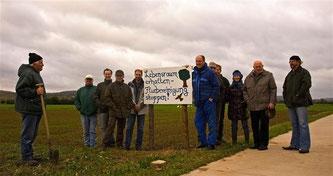 Die Bedenkenträgerkonferenz gegen die Flurbereinigung stellt neue Schilder in den Rintelner Wiesen auf. - Foto: Kathy Büscher