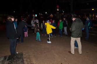 """Beim Fledermausspiel lernen die Kinder, mit den Ohren zu """"sehen"""". - Foto: Kathy Büscher"""
